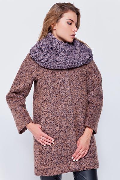 Девушка в пальто букле с шарфом-хомутом