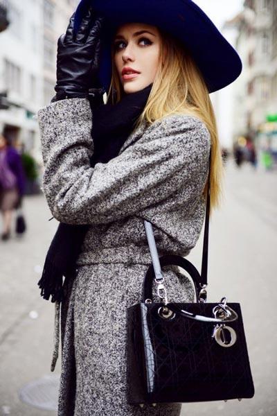 Девушка в пальто букле и широкополой шляпе