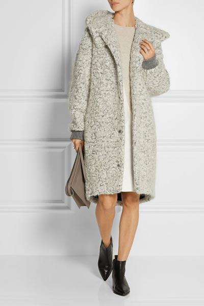 Деловая женщина в пальто букле