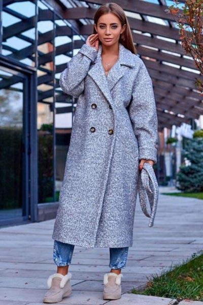 Пальто букле с джинсами и уггами
