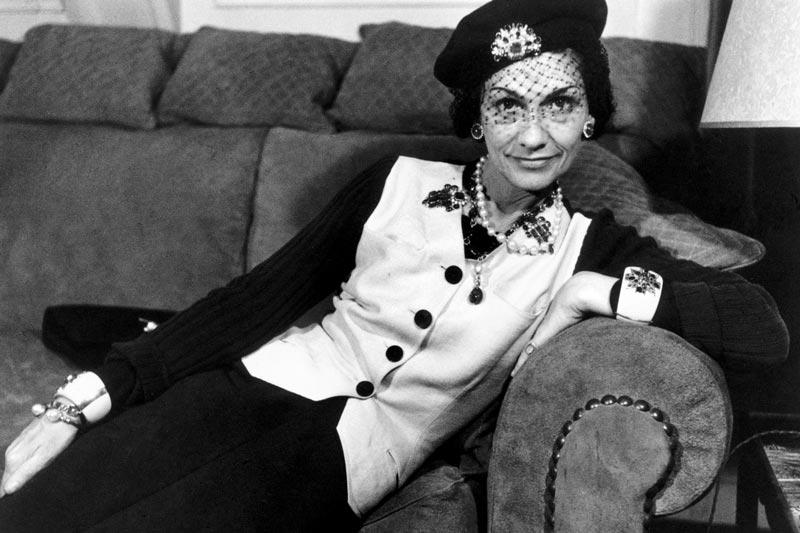 Коко Шанель на диване