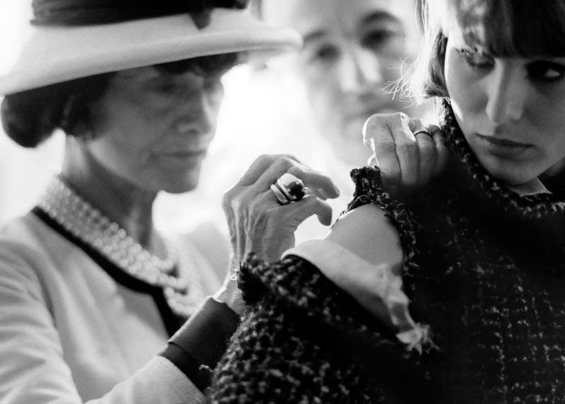 Коко Шанель за шитьём