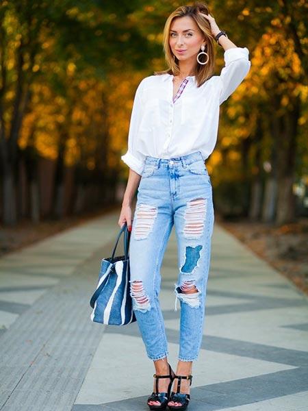 Джинсы с завышенной талией в сочетании с белой рубашкой