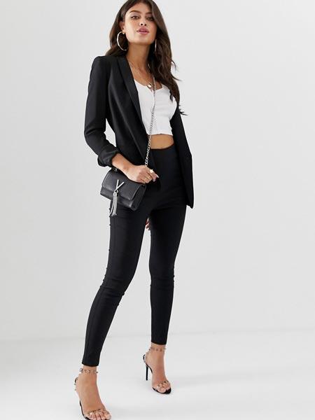 Джинсы с завышенной талией в сочетании с пиджаком