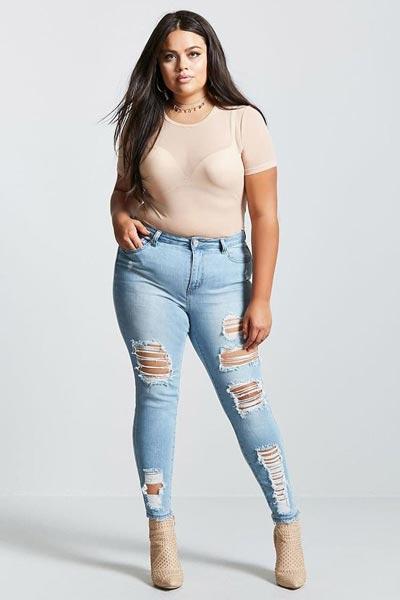 Светлые джинсы с высокой талией на девушке с полноватыми ногами