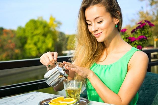 Девушка заваривает чай