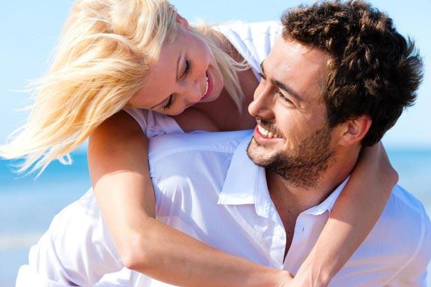 Женщина, довольная своим мужчиной
