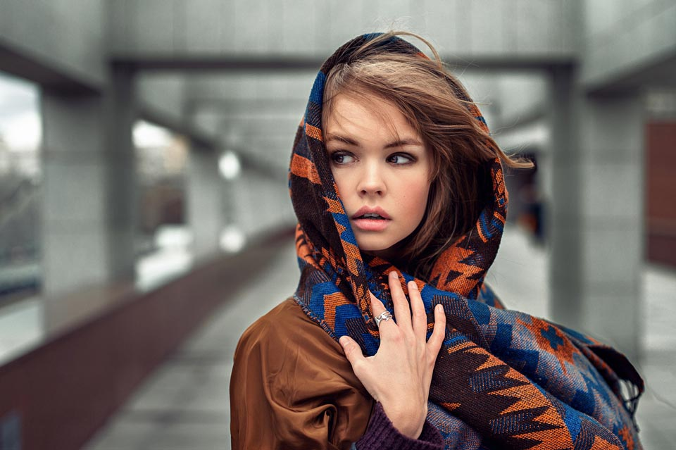 Девушка с шарфом на голове