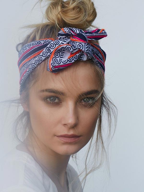 Девушка с банданой на голове
