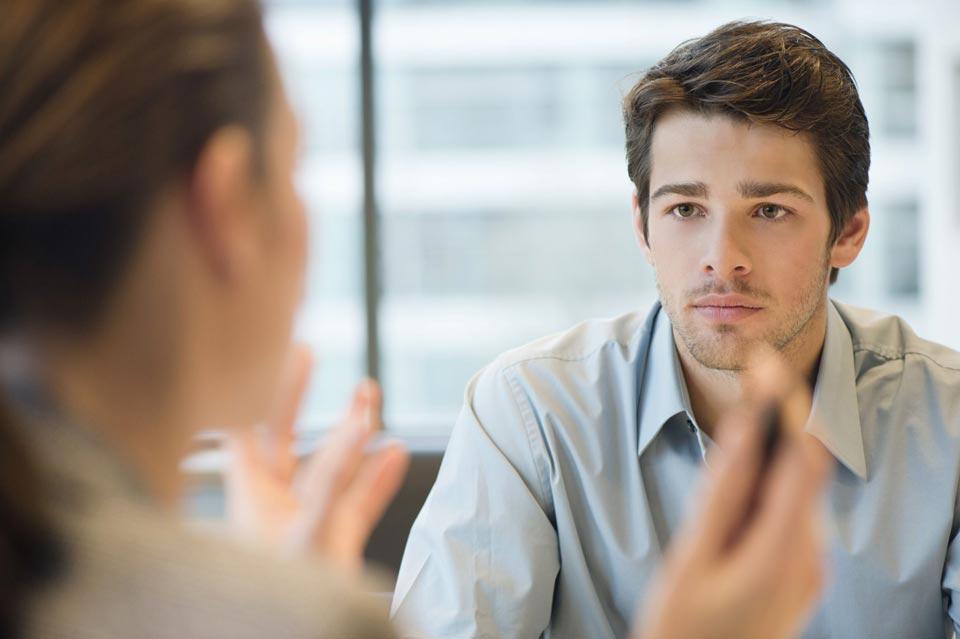Мужчина внимательно слушает женщину