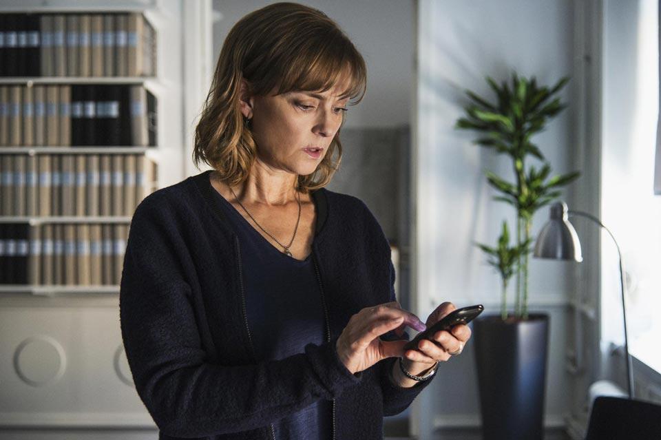 Женщина ищет доказательства измены