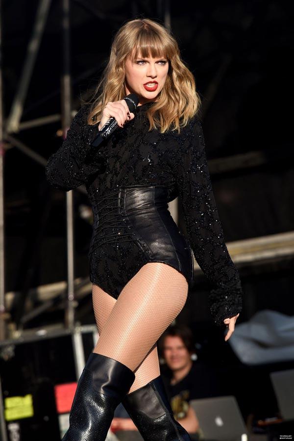 Тейлор Свифт в латексном костюме