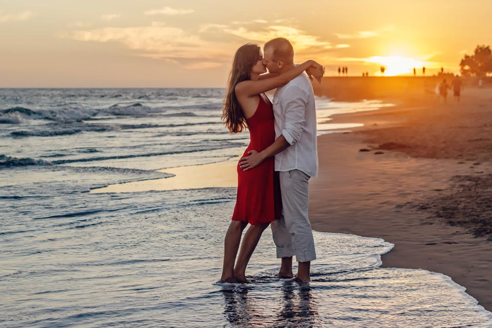 Пара на берегу моря