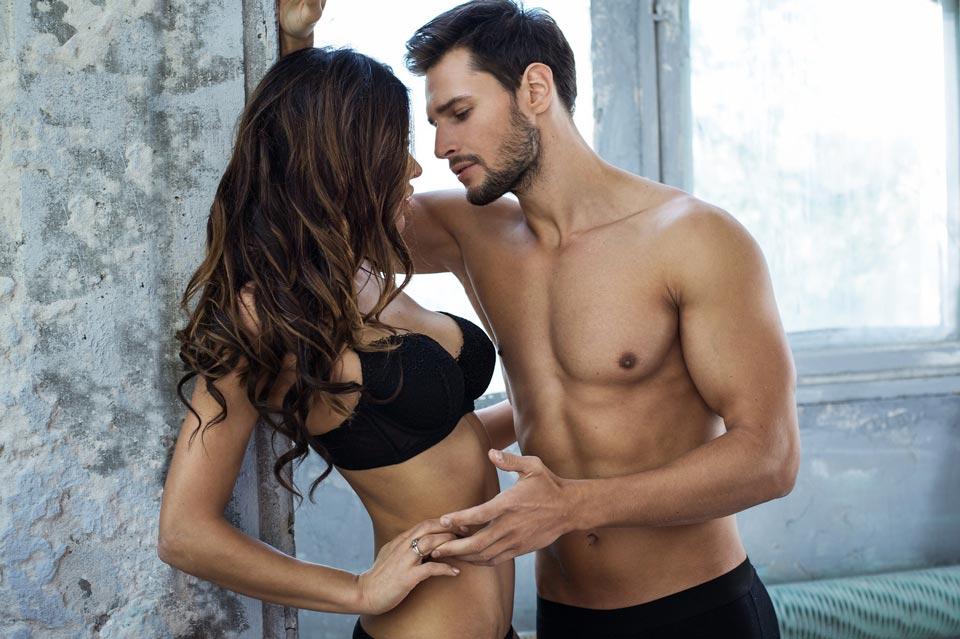 Раскованная девушка рядом с мужчиной